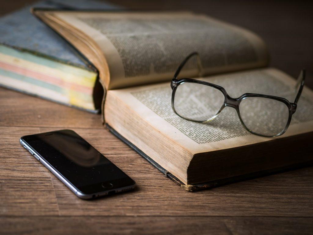 משקפים על ספר משפטים