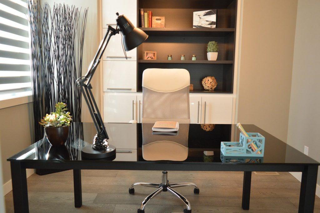 שולחן,כסא ומנורה